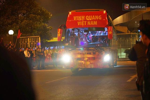 Xe buýt đưa đoàn thể thao Việt Nam rời sân bay Nội Bài, hàng trăm CĐV đứng 2 bên vẫy tay chào đón nồng nhiệt - Ảnh 20.