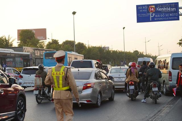 Xe buýt đưa đoàn thể thao Việt Nam rời sân bay Nội Bài, hàng trăm CĐV đứng 2 bên vẫy tay chào đón nồng nhiệt - Ảnh 55.