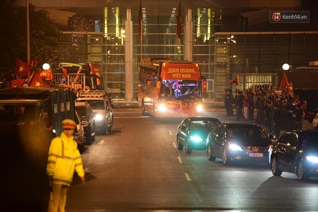 Xe buýt đưa đoàn thể thao Việt Nam rời sân bay Nội Bài, hàng trăm CĐV đứng 2 bên vẫy tay chào đón nồng nhiệt - Ảnh 21.
