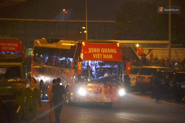 Xe buýt đưa đoàn thể thao Việt Nam rời sân bay Nội Bài, hàng trăm CĐV đứng 2 bên vẫy tay chào đón nồng nhiệt - Ảnh 22.