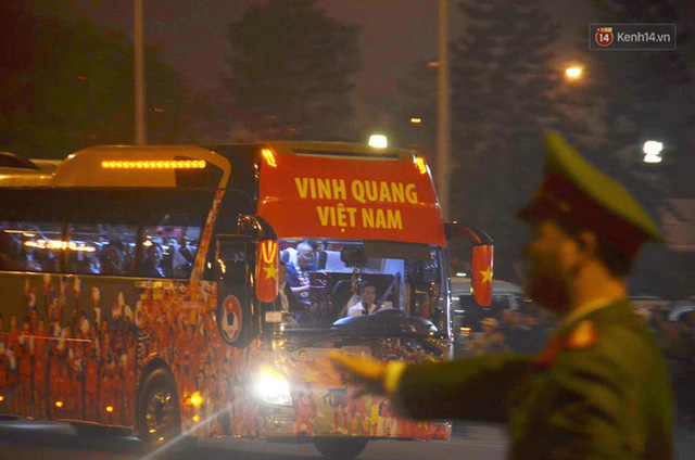 Xe buýt đưa đoàn thể thao Việt Nam rời sân bay Nội Bài, hàng trăm CĐV đứng 2 bên vẫy tay chào đón nồng nhiệt - Ảnh 23.