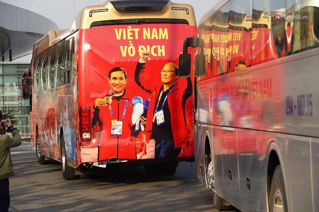 Xe buýt đưa đoàn thể thao Việt Nam rời sân bay Nội Bài, hàng trăm CĐV đứng 2 bên vẫy tay chào đón nồng nhiệt - Ảnh 59.