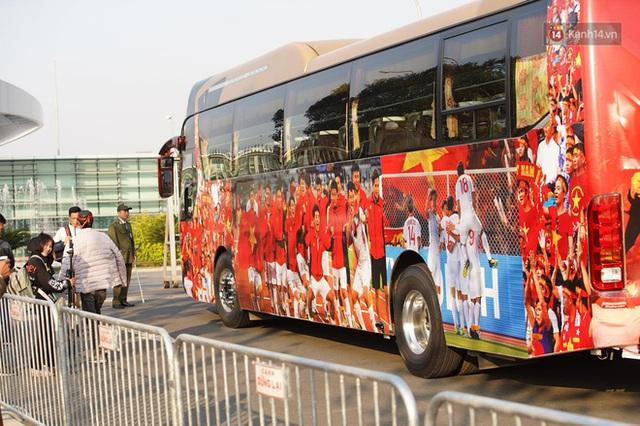 Xe buýt đưa đoàn thể thao Việt Nam rời sân bay Nội Bài, hàng trăm CĐV đứng 2 bên vẫy tay chào đón nồng nhiệt - Ảnh 60.