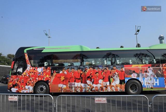 Xe buýt đưa đoàn thể thao Việt Nam rời sân bay Nội Bài, hàng trăm CĐV đứng 2 bên vẫy tay chào đón nồng nhiệt - Ảnh 61.