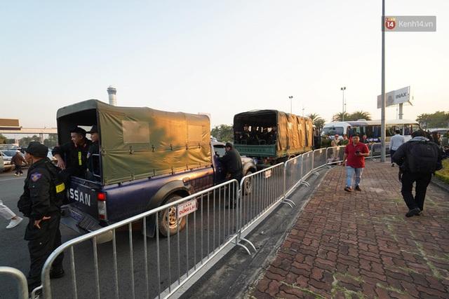 Xe buýt đưa đoàn thể thao Việt Nam rời sân bay Nội Bài, hàng trăm CĐV đứng 2 bên vẫy tay chào đón nồng nhiệt - Ảnh 40.