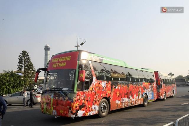 Xe buýt đưa đoàn thể thao Việt Nam rời sân bay Nội Bài, hàng trăm CĐV đứng 2 bên vẫy tay chào đón nồng nhiệt - Ảnh 62.