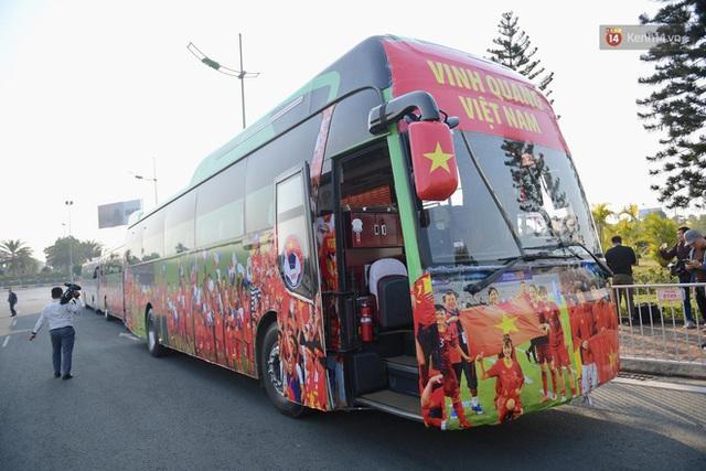 Xe buýt đưa đoàn thể thao Việt Nam rời sân bay Nội Bài, hàng trăm CĐV đứng 2 bên vẫy tay chào đón nồng nhiệt - Ảnh 63.