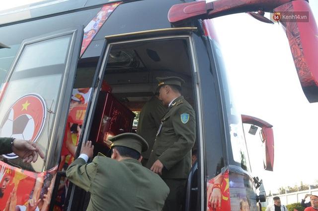 Xe buýt đưa đoàn thể thao Việt Nam rời sân bay Nội Bài, hàng trăm CĐV đứng 2 bên vẫy tay chào đón nồng nhiệt - Ảnh 64.