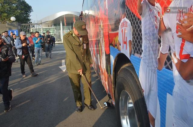 Xe buýt đưa đoàn thể thao Việt Nam rời sân bay Nội Bài, hàng trăm CĐV đứng 2 bên vẫy tay chào đón nồng nhiệt - Ảnh 65.