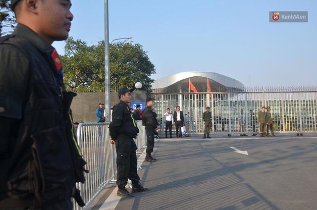 Xe buýt đưa đoàn thể thao Việt Nam rời sân bay Nội Bài, hàng trăm CĐV đứng 2 bên vẫy tay chào đón nồng nhiệt - Ảnh 66.