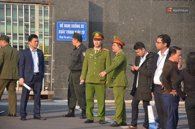 Xe buýt đưa đoàn thể thao Việt Nam rời sân bay Nội Bài, hàng trăm CĐV đứng 2 bên vẫy tay chào đón nồng nhiệt - Ảnh 67.