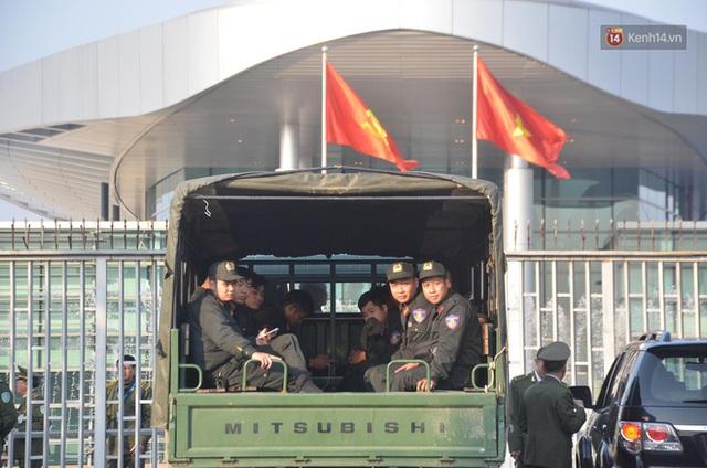 Xe buýt đưa đoàn thể thao Việt Nam rời sân bay Nội Bài, hàng trăm CĐV đứng 2 bên vẫy tay chào đón nồng nhiệt - Ảnh 68.