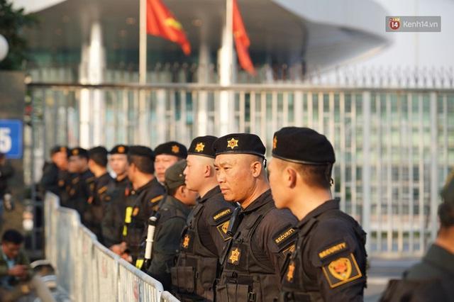 Xe buýt đưa đoàn thể thao Việt Nam rời sân bay Nội Bài, hàng trăm CĐV đứng 2 bên vẫy tay chào đón nồng nhiệt - Ảnh 70.