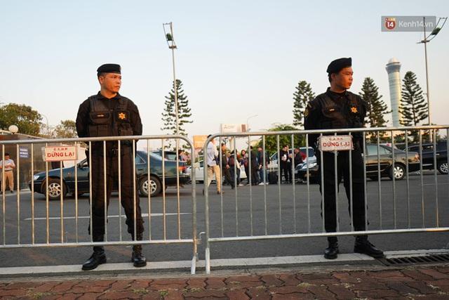 Xe buýt đưa đoàn thể thao Việt Nam rời sân bay Nội Bài, hàng trăm CĐV đứng 2 bên vẫy tay chào đón nồng nhiệt - Ảnh 41.