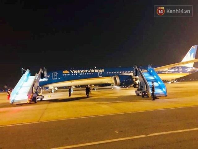 Xe buýt đưa đoàn thể thao Việt Nam rời sân bay Nội Bài, hàng trăm CĐV đứng 2 bên vẫy tay chào đón nồng nhiệt - Ảnh 27.