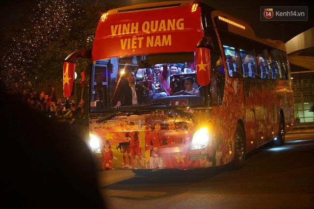 Xe buýt đưa đoàn thể thao Việt Nam rời sân bay Nội Bài, hàng trăm CĐV đứng 2 bên vẫy tay chào đón nồng nhiệt - Ảnh 6.