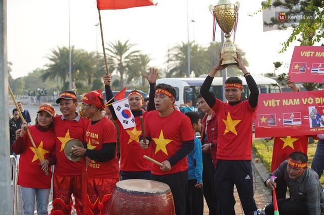 Xe buýt đưa đoàn thể thao Việt Nam rời sân bay Nội Bài, hàng trăm CĐV đứng 2 bên vẫy tay chào đón nồng nhiệt - Ảnh 71.