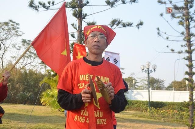 Xe buýt đưa đoàn thể thao Việt Nam rời sân bay Nội Bài, hàng trăm CĐV đứng 2 bên vẫy tay chào đón nồng nhiệt - Ảnh 74.