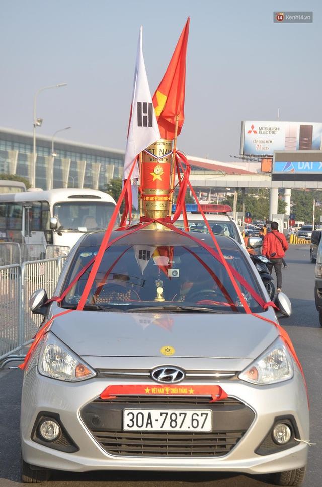 Xe buýt đưa đoàn thể thao Việt Nam rời sân bay Nội Bài, hàng trăm CĐV đứng 2 bên vẫy tay chào đón nồng nhiệt - Ảnh 75.