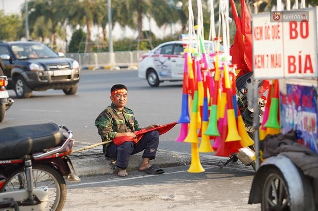 Xe buýt đưa đoàn thể thao Việt Nam rời sân bay Nội Bài, hàng trăm CĐV đứng 2 bên vẫy tay chào đón nồng nhiệt - Ảnh 76.