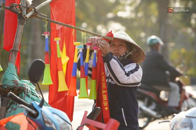 Xe buýt đưa đoàn thể thao Việt Nam rời sân bay Nội Bài, hàng trăm CĐV đứng 2 bên vẫy tay chào đón nồng nhiệt - Ảnh 77.