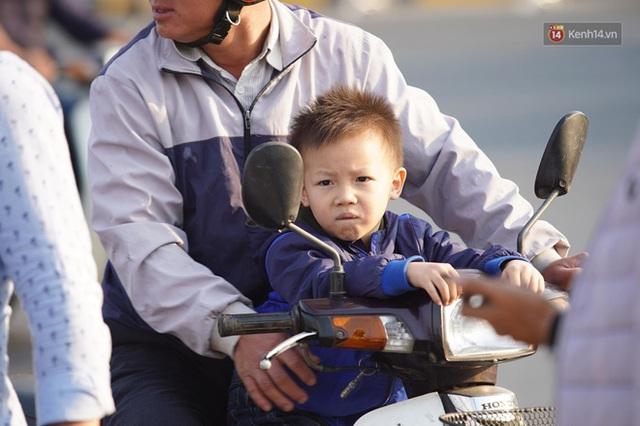 Xe buýt đưa đoàn thể thao Việt Nam rời sân bay Nội Bài, hàng trăm CĐV đứng 2 bên vẫy tay chào đón nồng nhiệt - Ảnh 78.