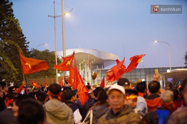 Xe buýt đưa đoàn thể thao Việt Nam rời sân bay Nội Bài, hàng trăm CĐV đứng 2 bên vẫy tay chào đón nồng nhiệt - Ảnh 31.