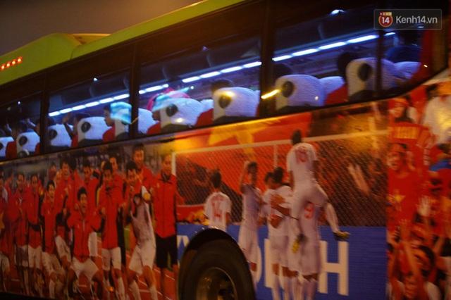 Xe buýt đưa đoàn thể thao Việt Nam rời sân bay Nội Bài, hàng trăm CĐV đứng 2 bên vẫy tay chào đón nồng nhiệt - Ảnh 7.