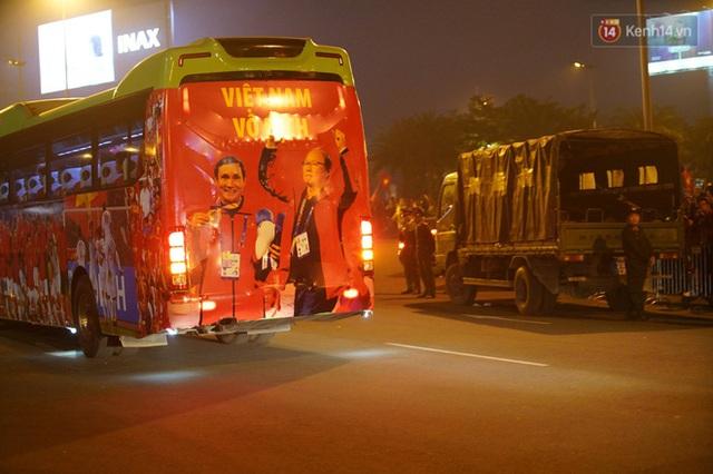 Xe buýt đưa đoàn thể thao Việt Nam rời sân bay Nội Bài, hàng trăm CĐV đứng 2 bên vẫy tay chào đón nồng nhiệt - Ảnh 8.