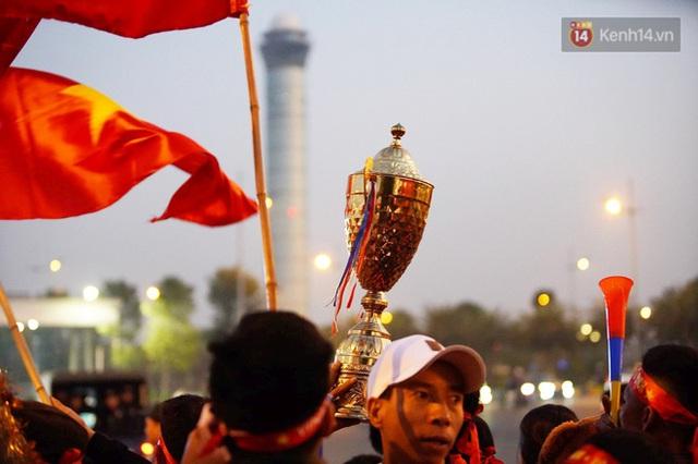 Xe buýt đưa đoàn thể thao Việt Nam rời sân bay Nội Bài, hàng trăm CĐV đứng 2 bên vẫy tay chào đón nồng nhiệt - Ảnh 33.