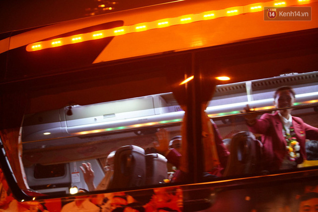 Xe buýt đưa đoàn thể thao Việt Nam rời sân bay Nội Bài, hàng trăm CĐV đứng 2 bên vẫy tay chào đón nồng nhiệt - Ảnh 9.