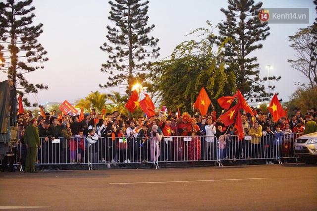 Xe buýt đưa đoàn thể thao Việt Nam rời sân bay Nội Bài, hàng trăm CĐV đứng 2 bên vẫy tay chào đón nồng nhiệt - Ảnh 34.