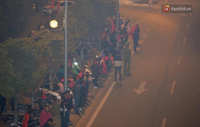 Xe buýt đưa đoàn thể thao Việt Nam rời sân bay Nội Bài, hàng trăm CĐV đứng 2 bên vẫy tay chào đón nồng nhiệt - Ảnh 10.
