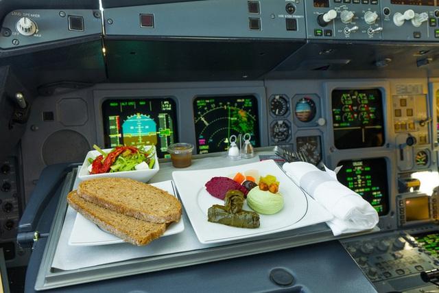 Sự thật là phi công không bao giờ dùng suất ăn giống với các hành khách trên máy bay, vì sao lại như vậy? - Ảnh 2.