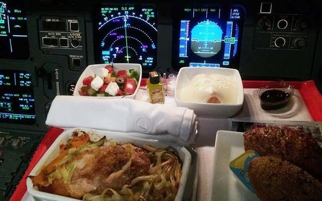 Sự thật là phi công không bao giờ dùng suất ăn giống với các hành khách trên máy bay, vì sao lại như vậy? - Ảnh 3.