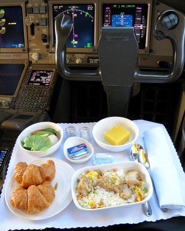 Sự thật là phi công không bao giờ dùng suất ăn giống với các hành khách trên máy bay, vì sao lại như vậy? - Ảnh 5.