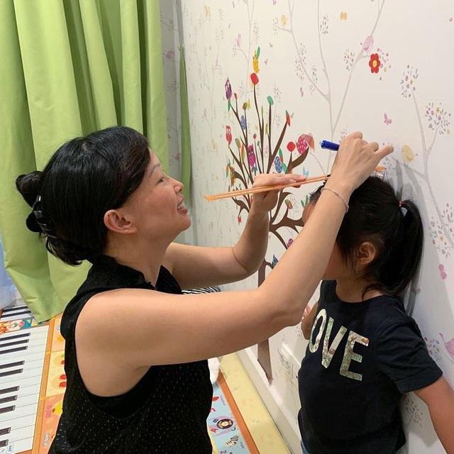 """Shark Linh chiêm nghiệm thiên chức làm mẹ, dân tình nhận ra nữ """"cá mập"""" thoải mái làm điều này với con gái thứ hai khác hẳn bé đầu tiên - Ảnh 5."""