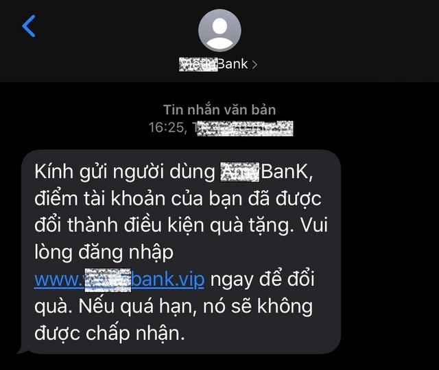 Bộ Công An cảnh báo thủ đoạn giả mạo tin nhắn ngân hàng lừa tiền người dân - Ảnh 2.