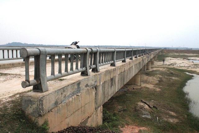 Cận cảnh lớp xốp khổng lồ trong bê tông cây cầu hơn 7 tỷ đồng tại Hà Tĩnh - Ảnh 1.
