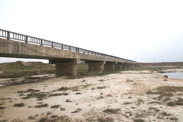Cận cảnh lớp xốp khổng lồ trong bê tông cây cầu hơn 7 tỷ đồng tại Hà Tĩnh - Ảnh 2.