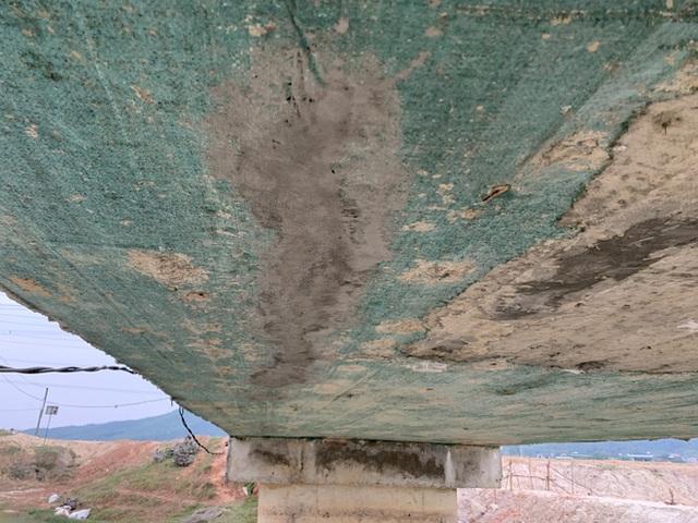 Cận cảnh lớp xốp khổng lồ trong bê tông cây cầu hơn 7 tỷ đồng tại Hà Tĩnh - Ảnh 12.