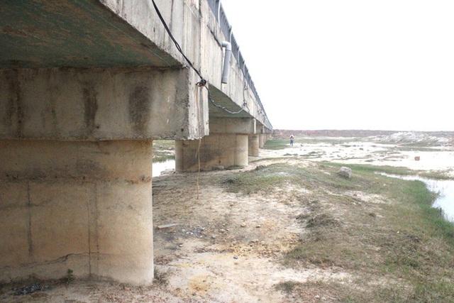 Cận cảnh lớp xốp khổng lồ trong bê tông cây cầu hơn 7 tỷ đồng tại Hà Tĩnh - Ảnh 15.
