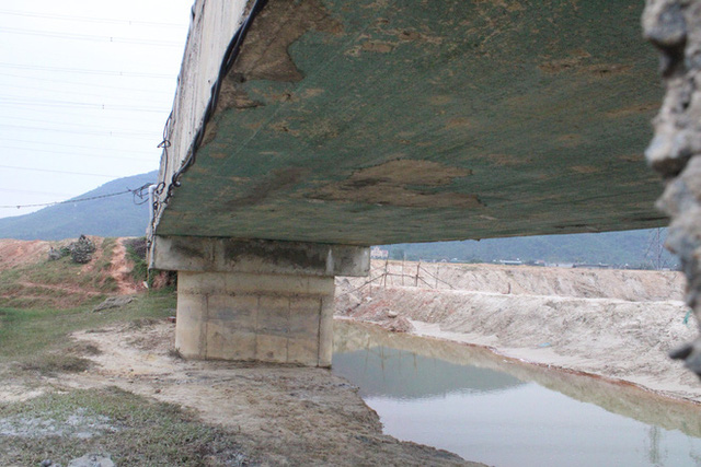 Cận cảnh lớp xốp khổng lồ trong bê tông cây cầu hơn 7 tỷ đồng tại Hà Tĩnh - Ảnh 3.