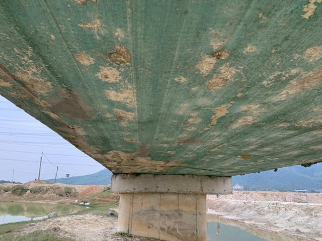 Cận cảnh lớp xốp khổng lồ trong bê tông cây cầu hơn 7 tỷ đồng tại Hà Tĩnh - Ảnh 4.