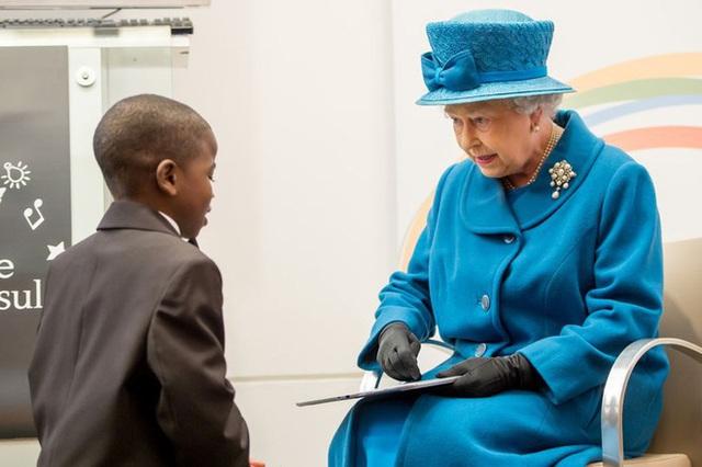 Góc tuyển dụng: Nữ hoàng Anh đang tuyển một bậc thầy sống ảo để chăm sóc các fanpage Hoàng gia, mức lương lên đến 1,5 tỷ - Ảnh 1.