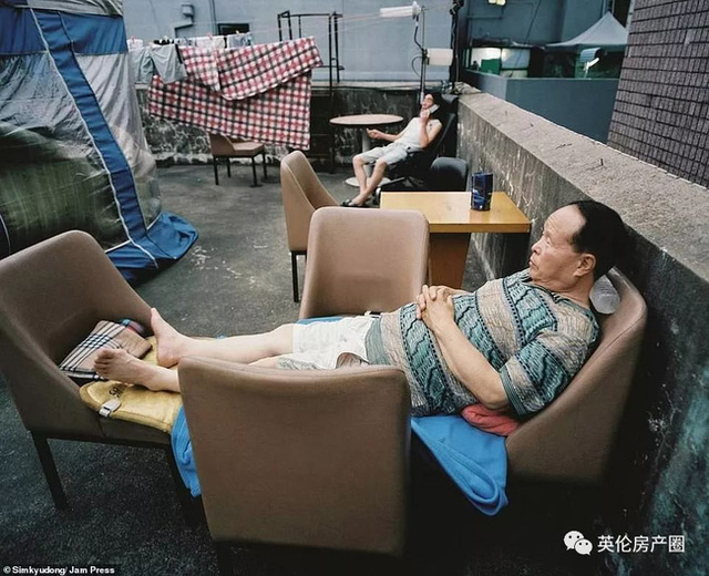 Những bức ảnh phơi bày cuộc sống của người có thu nhập thấp ở Hàn Quốc: Nghẹt thở trong những căn phòng ốc sên chỉ vỏn vẹn 4,6 mét vuông - Ảnh 13.