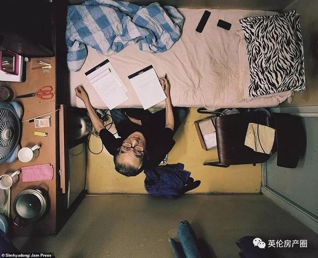 Những bức ảnh phơi bày cuộc sống của người có thu nhập thấp ở Hàn Quốc: Nghẹt thở trong những căn phòng ốc sên chỉ vỏn vẹn 4,6 mét vuông - Ảnh 15.