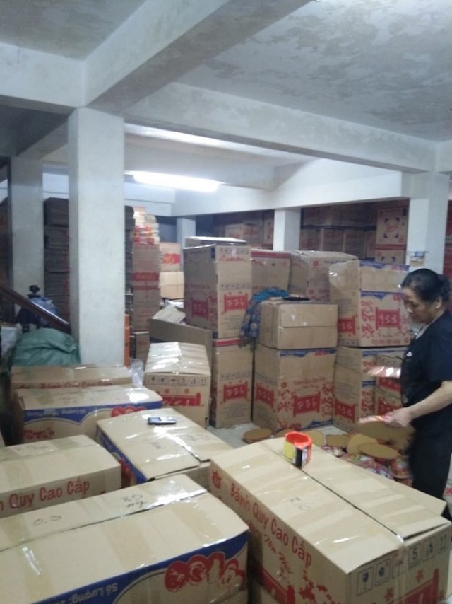 Hà Nội: Đột nhập cơ sở sản xuất mứt tết, thu giữ hàng nghìn sản phẩm không rõ nguồn gốc nguyên liệu - Ảnh 2.