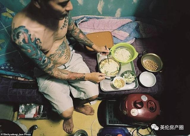 Những bức ảnh phơi bày cuộc sống của người có thu nhập thấp ở Hàn Quốc: Nghẹt thở trong những căn phòng ốc sên chỉ vỏn vẹn 4,6 mét vuông - Ảnh 3.
