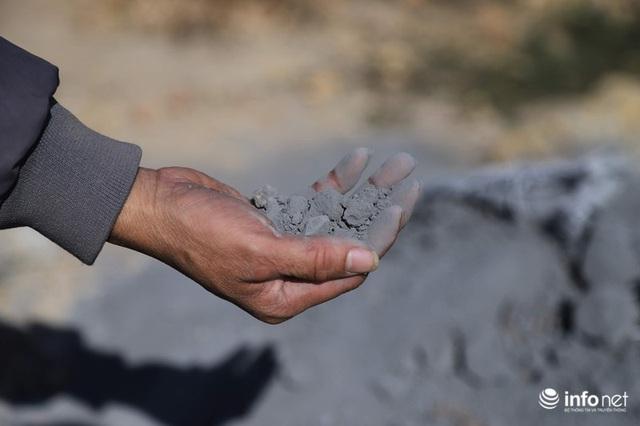 Vụ đổ trộm chất thải nguy hại tại Sóc Sơn: Nuôi vịt vịt chết, dân không dám đến gần - Ảnh 5.